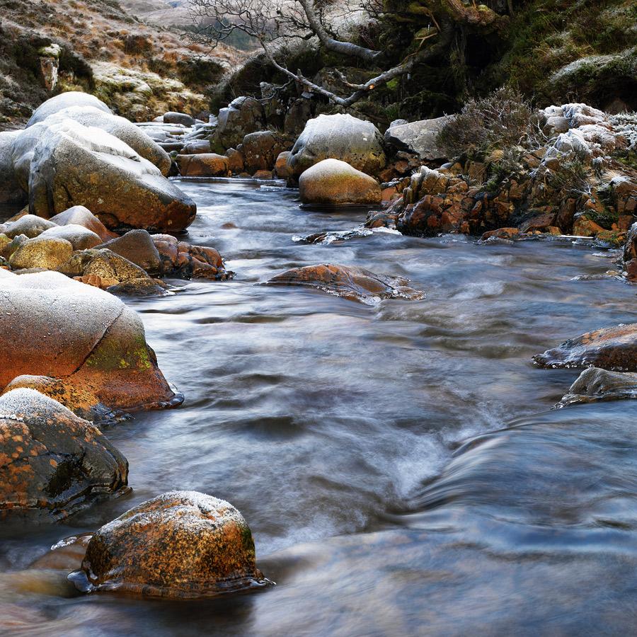 Menschen sind wie steine im fluß des lebens